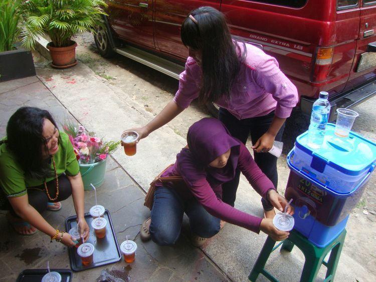 Jualan es teh dengan kemasan gelas yang rapi. Biar enak di kamu yang bawa dan di mereka-mereka yang minum.