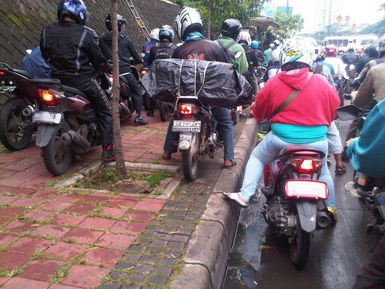 Berlomba dengan kemacetan.