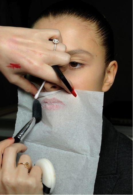 Tisu + bedak tabur = lipstik tahan lama