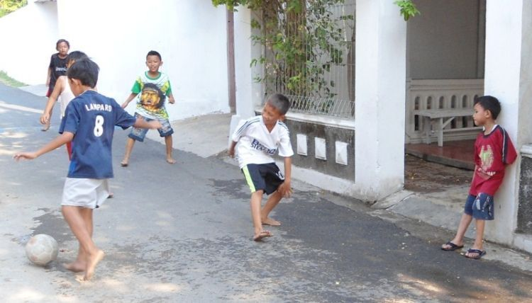 Bermain bola di manapun, termasuk di rumah.