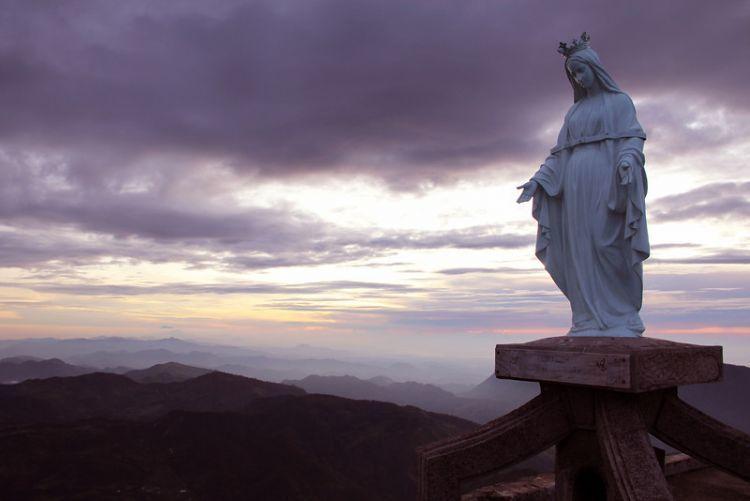 Patung Bunda Maria di puncak Gunung Ramelau, Timor Leste