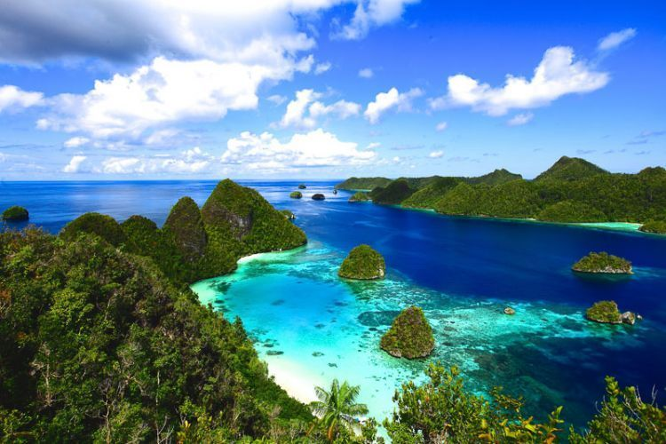 Pasir putih dan gugusan pulau-pulau kecil Raja Ampat