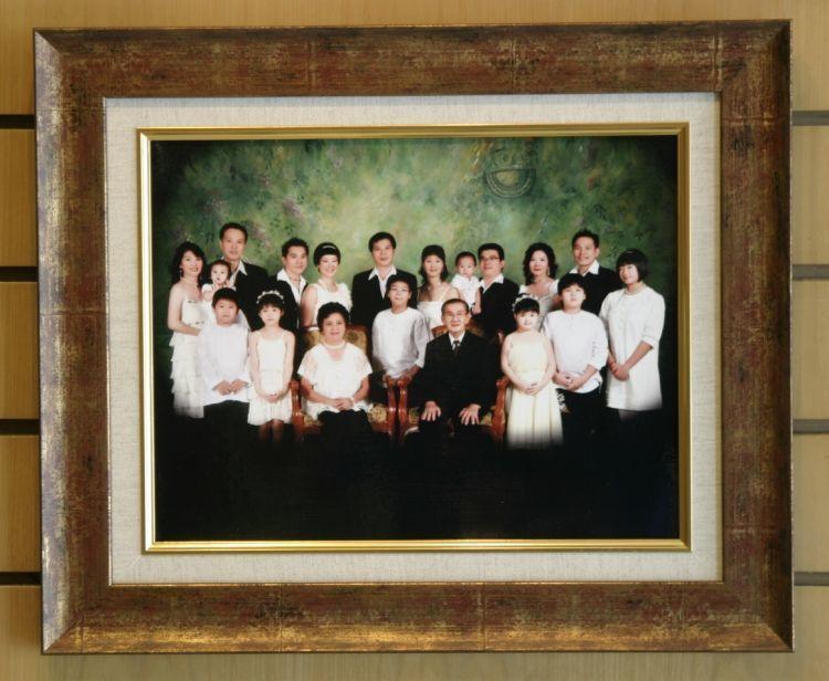 Pandangi foto keluarga