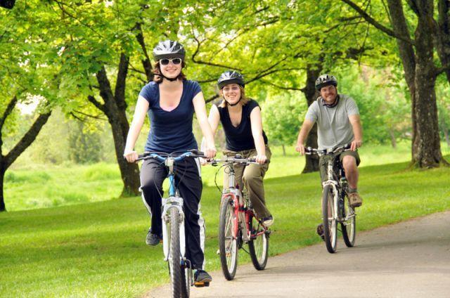 Bersepeda dengan keluarga.