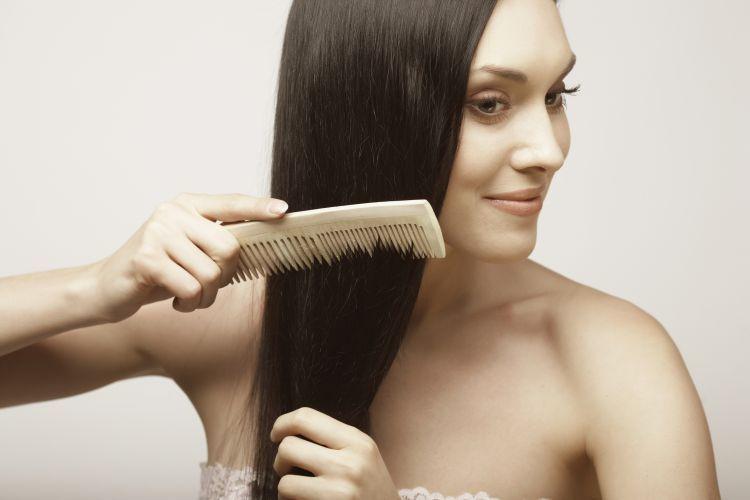 Menyisir rambut secara perlahan dan lembut