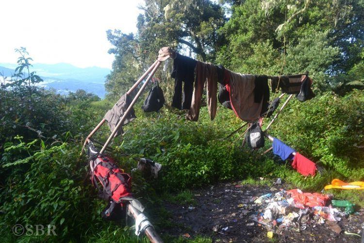 Meninggalkan sampah menumpuk di gunung.