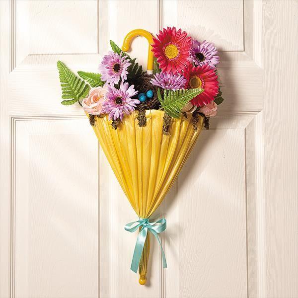 Dekorasi pintu rumah dengan bunga dan payung