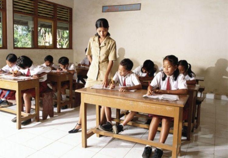 Tak hanya jadi istri hebat, seorang guru juga bisa jadi ibu yang cerdas.