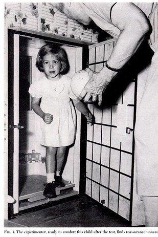 Anak kecil disimulasikan terjebak dalam kulkas