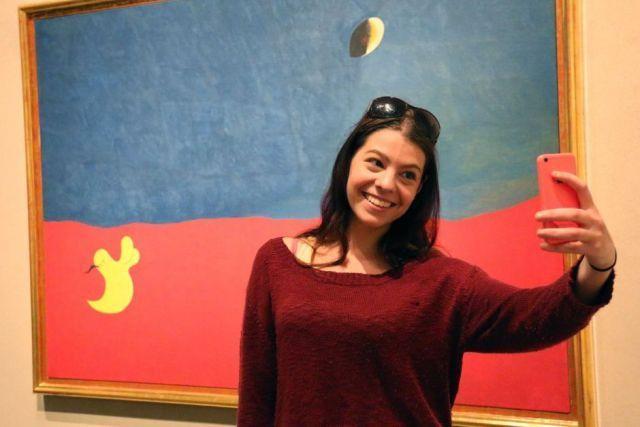 Selfie di depan karya seni