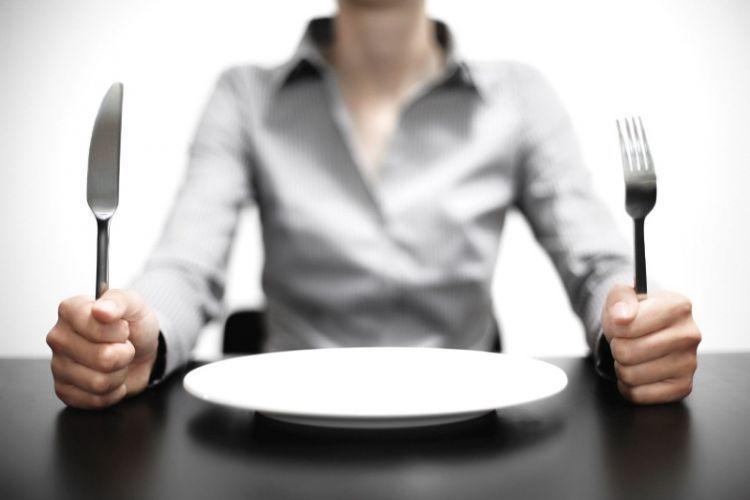 Melatih jadwal dan pola makan mulai dari sekarang bisa melatih kamu dalam menghadapi kelaparan saat puasa.