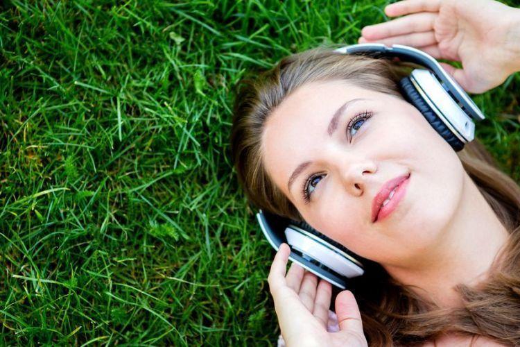 Menikmati musik