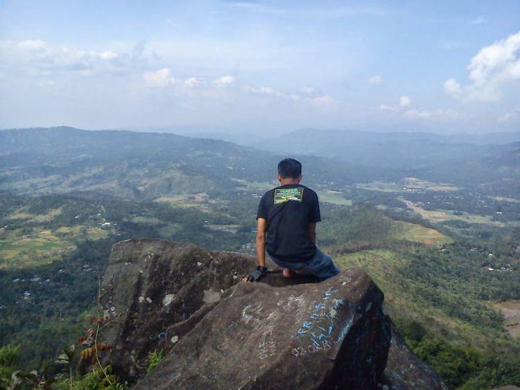 Pemandangan dari puncak Gunung Mendelem