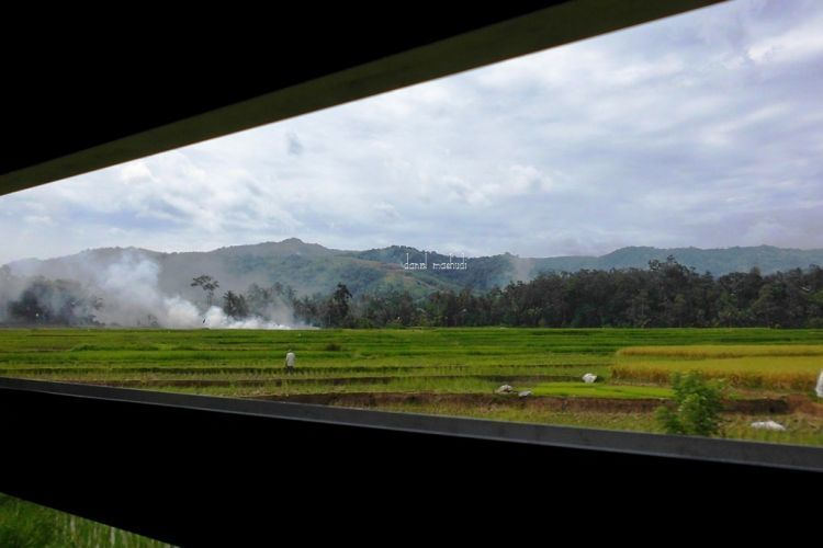 Pemandangan romantis dari balik jendela KA