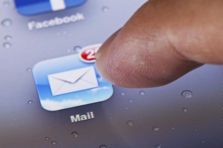 Cek email yang udah menunggu selama liburan
