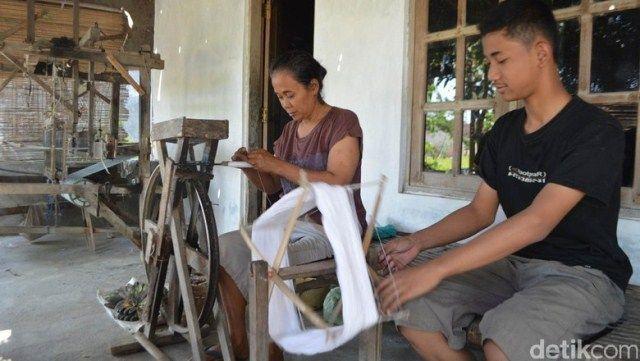 Ikhsan membantu ibunya