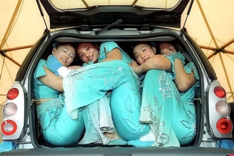 Kalau nunggu sampai mobilnya penuh dengan penumpang bertubuh langsing nanti bisa sampai begini