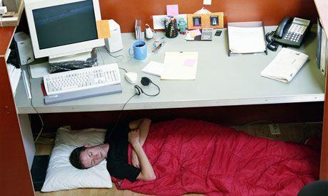 Tidur di bawah meja kantor