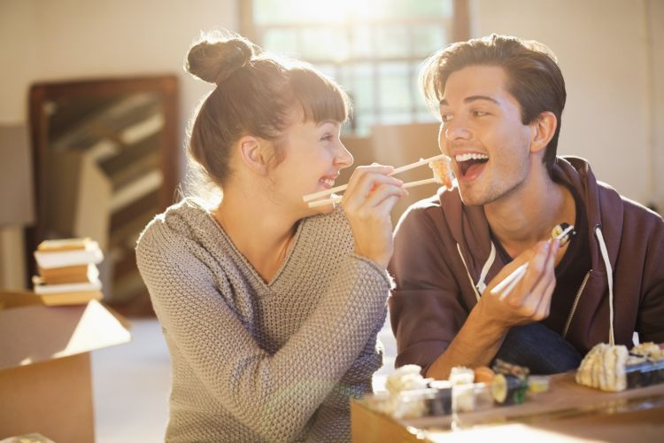 pasangan yang selalu ceria dan menyenangkan