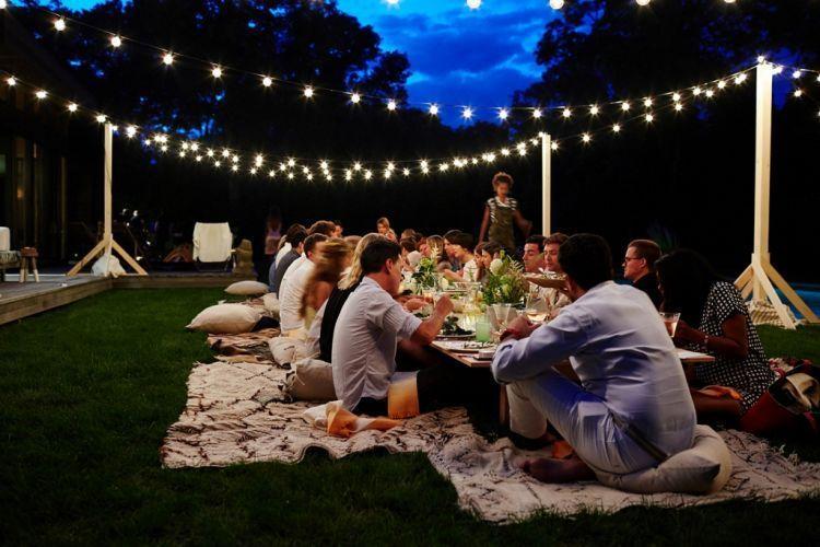 konsep batu BBQ-an, yaitu dengan outdoor carpet dinner alias lesehan