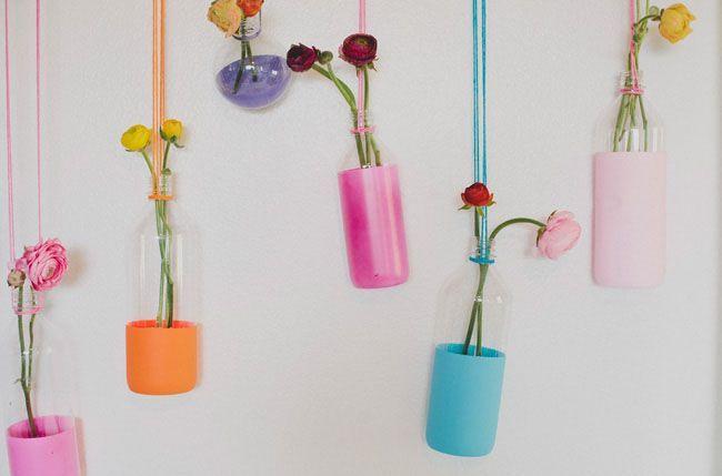 Colorful Misosa Bar adalah nama dari hiasan botol cantik yang dijadikan vas bunga ini