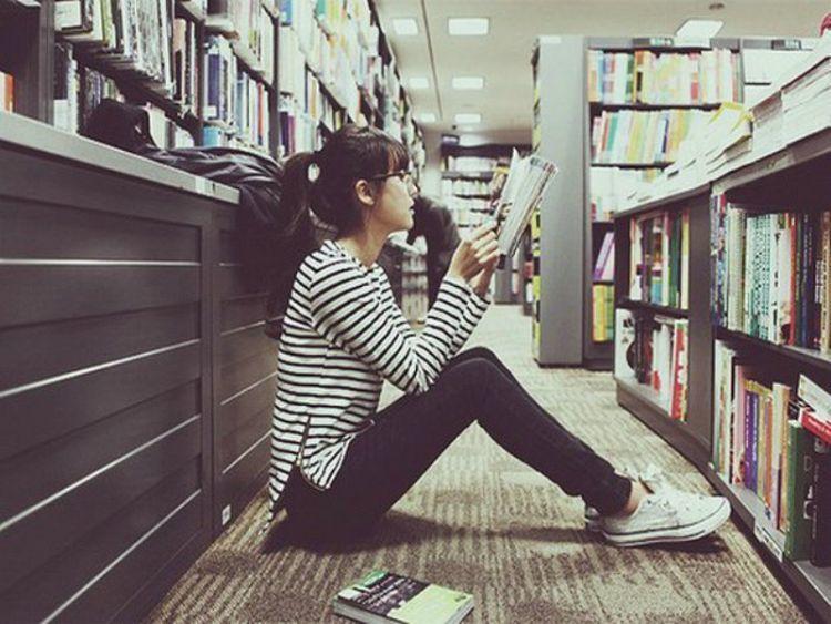 meminjam buku di perpustakaan