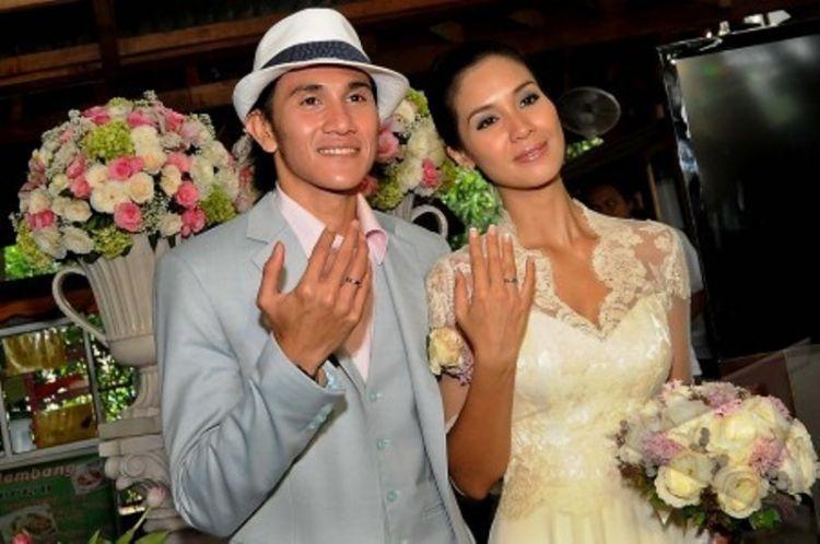 baju dan cincin pernikahan