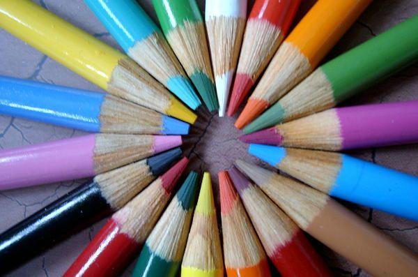 Meraut pensil dekat tempat sampah bisa dilakukan sambil ngerumpi.