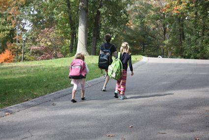 Berjalan ke sekolah