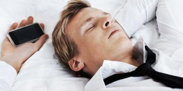 bahaya tidur dekat ponsel