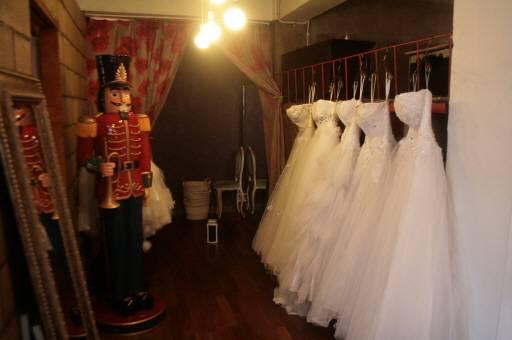 Memakai gaun cantik ala princess tentu jadi impian para gadis