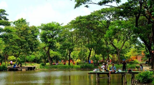 Sejuk dan asrinya taman kota Surabaya
