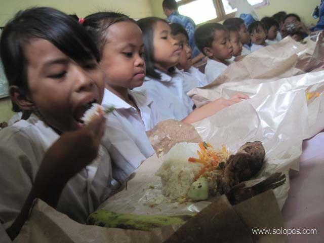 Asyiknya makan biar tak ngantuk di kelas