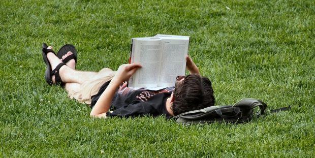 tak ada alasan untuk membuang waktu yang sia sia dengan tidak membaca buku