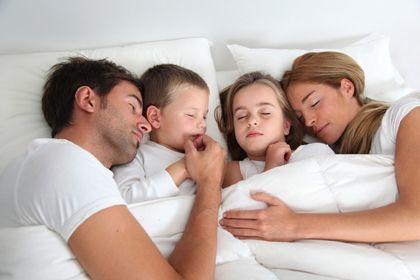 http://www.spreibantal.com/wp-content/uploads/2014/02/anak-tidur-dengan-orang-tua.jpg