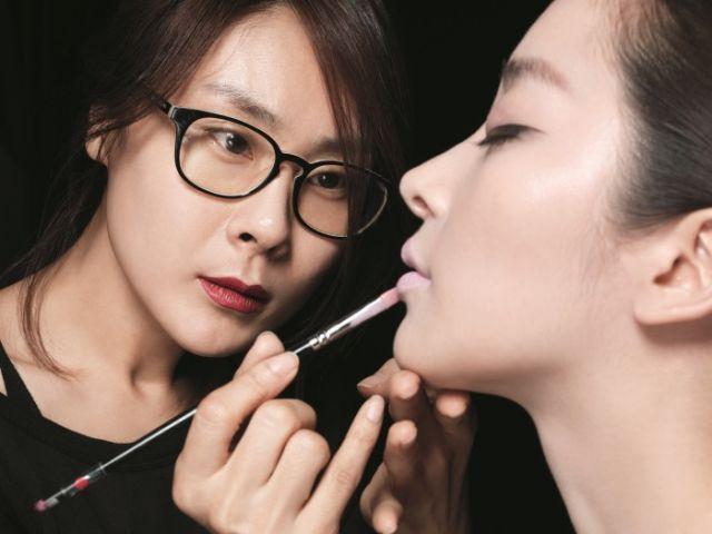 Rasakan pengalaman untuk ditata rias oleh make-up artist profesional!