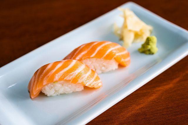 Salmon nigiri yang klasik ternyata mudah dibuat sendiri