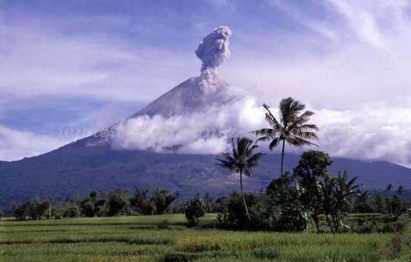 Gunung Semeru tampak dari kejauhan