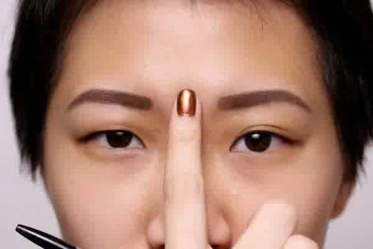 Atasi hidung tersumbat dengan menekan di bagian antara kedua alis.