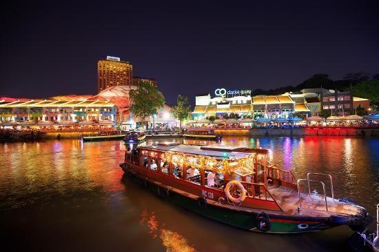 Naik perahu di malam hari (Kredit: Singapore Tourism Board)