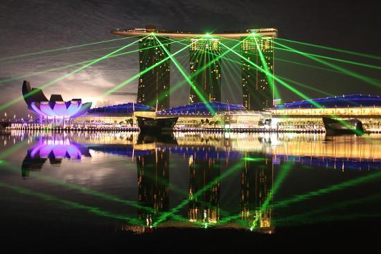 Menikmati pertunjukan lampu (Kredit: Singapore Tourism Board)