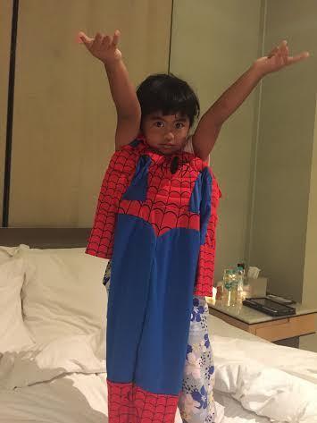 Raras minta dipakaikan kostum spiderman