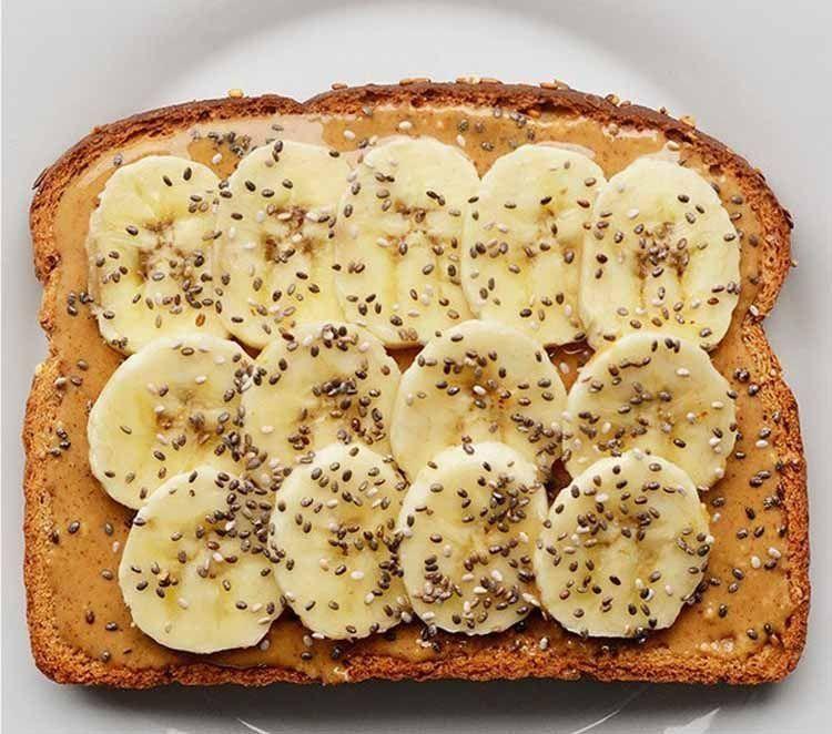 Toast dengan peanut butter dan slice banana
