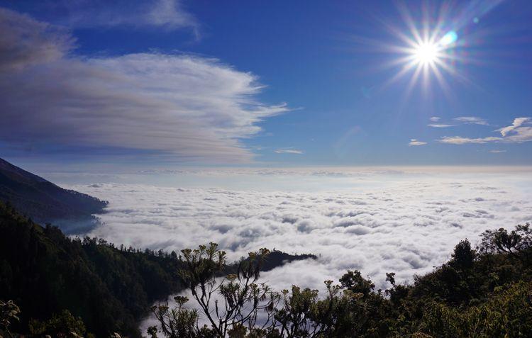 Nikmati pancaran sinar matahari dari gunung suket (kredit: Adi Susanto)