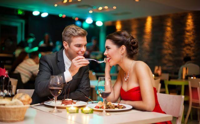 makan malam romantis di tempat mahal demi menyenangkan hatinya