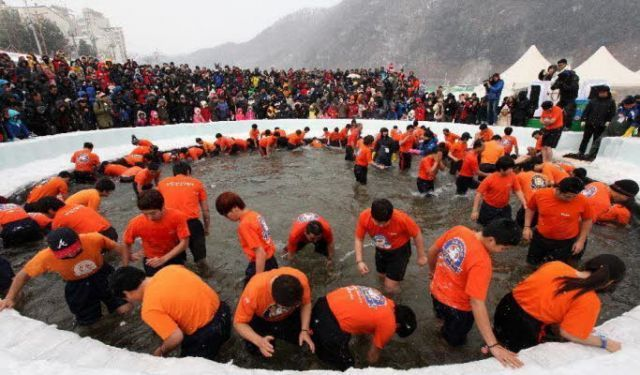 Memancing ikan trout di dalam es, dengan tangan telanjang!