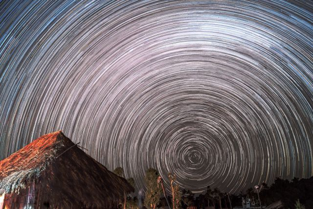 Star trail pada langit cerah