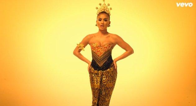 Seengganya kita apresiasi niat Agnes buat promosiin budaya Indonesia...