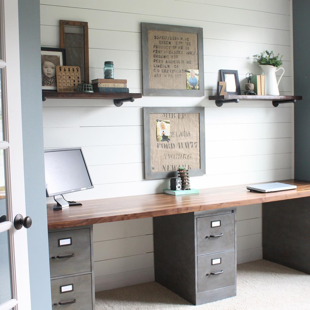 Dengan meja lama dan kabinet besi kamu bisa menciptakan ruang macam ini
