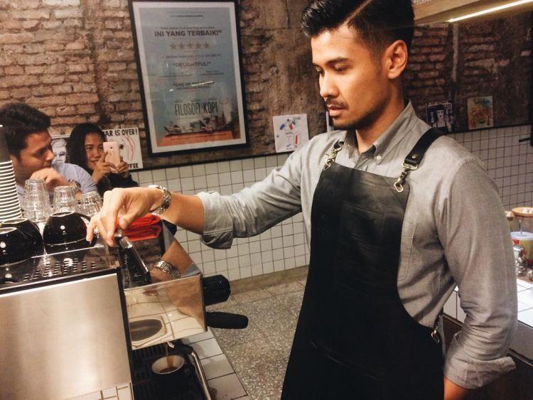 Siapa yang mau minum kopi buatan barista sekece Chicco Jerikho ~ via